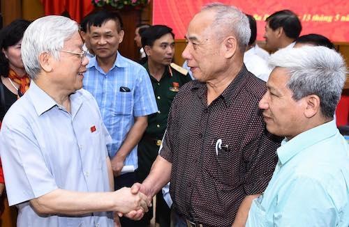 Tổng bí thư Nguyễn Phú Trọng trò chuyện với cử tri. Ảnh: Giang Huy