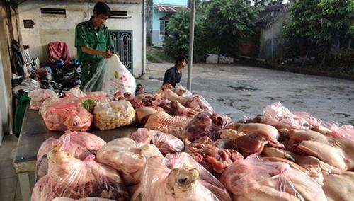 Lực lượng chức năng kiểm tra, bắt giữ lô hàng thực phẩm bẩn của doanh nghiệp kinh doanh.