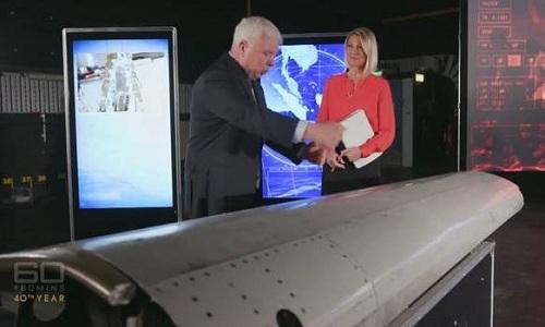 Điều tra viên Larry Vance giải thích về mảnh vỡ của MH370 sau khi phục hồi. Ảnh: CBS News.