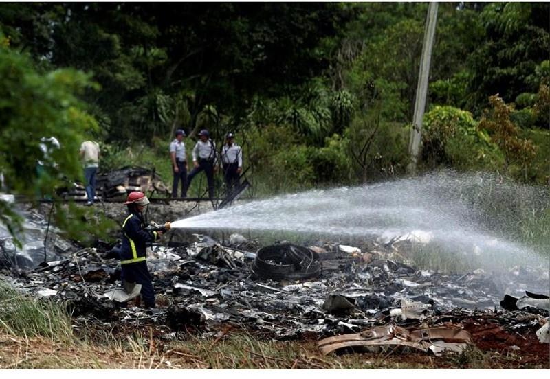 Lực lượng cứu hộ phải dùng nước dập lửa sau khi chiếc máy bay nổ tung rồi phát cháy. Ảnh: REUTERS