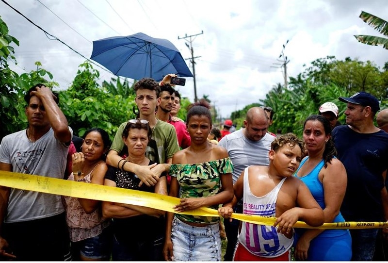 Người dân Cuba tập trung tại hiện trường tai nạn. Ảnh: REUTERS