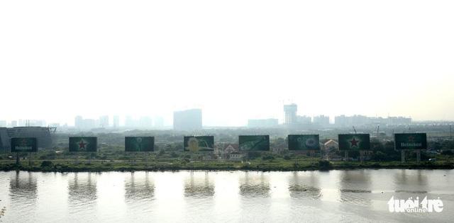 8 bảng quảng cáo khủng chắn tầm nhìn từ bến Bạch Đằng đã bị dỡ - Ảnh 1.