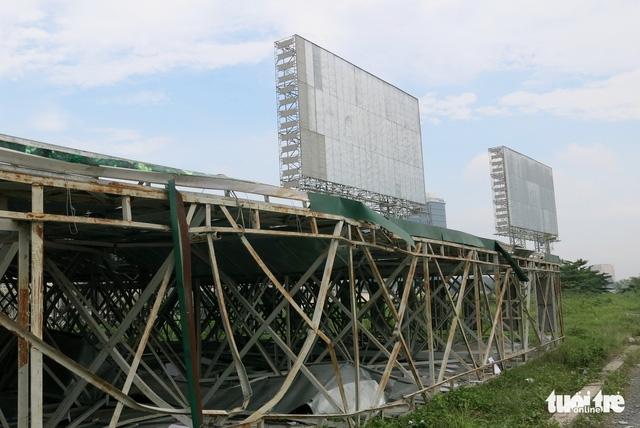 8 bảng quảng cáo khủng chắn tầm nhìn từ bến Bạch Đằng đã bị dỡ - Ảnh 3.