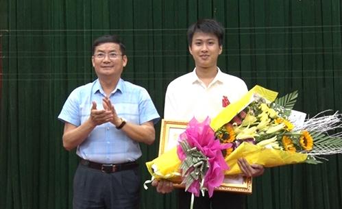Nam sinh Nguyễn Thế Quỳnh nhận Huân chương lao động hạng ba. Ảnh: NH