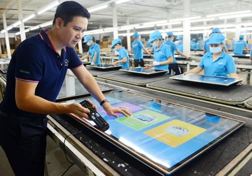 Chủ tịch Phạm Văn Tam kiểm tra các thông số kỹ thuật của sản phẩm trong nhà máy. Ảnh: AS.