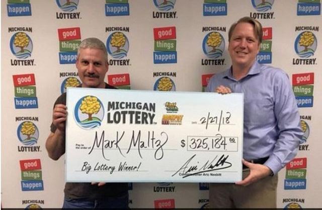 Ông Mark Maltz (trái) nhận giải thưởng xổ số 325.184 USD ngày 27/2.