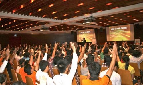 Người tiêu dùng tham gia một hội thảo bán hàng đa cấp.