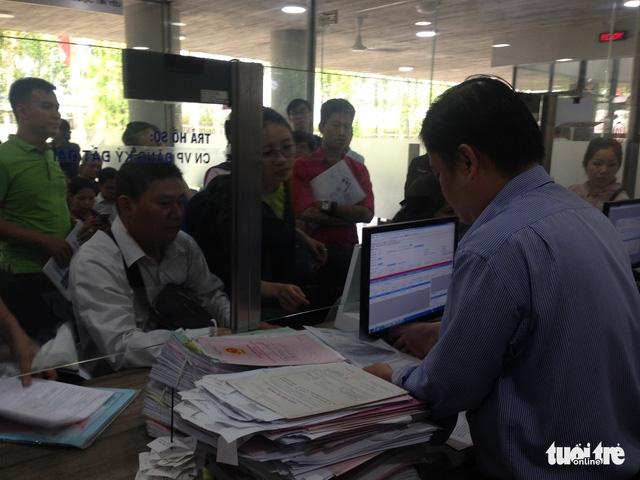 Quận 12 thí điểm tiếp nhận và trả hồ sơ không nghỉ trưa - Ảnh 1.
