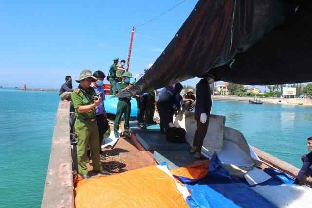 Các cơ quan chức năng tỉnh Quảng Ngãi đang điều tra, làm rõ nguyên nhân vụ nổ khiến 3 ngư dân tử vong