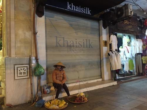 Cửa hàng 113 Hàng Gai của Khaisilk đóng cửa sau khi bị phanh phui bán lụa Trung Quốc gắn mác made in Vietnam. Ảnh: T.L