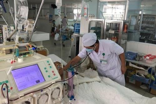 Bé gái phải thở máy và lọc máu vì ngộ độc nghi do trà sữa. Ảnh: Bệnh viện cung cấp.