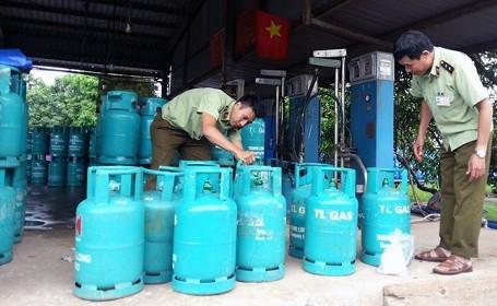 Quản lý thị trường kiểm tra một cơ sở kinh doanh gas