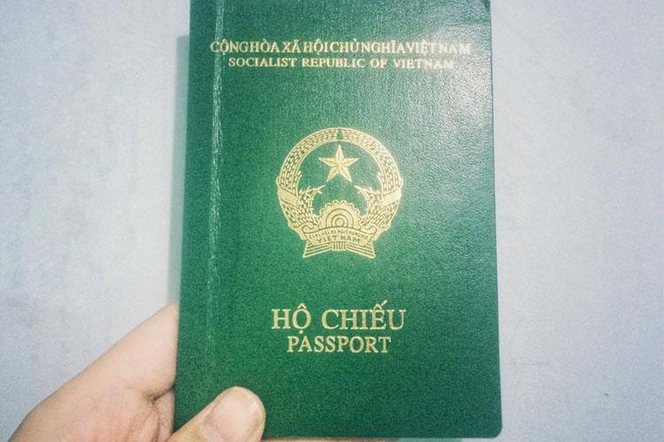 Chứng minh hết hạn, hộ chiếu còn giá trị sử dụng không?