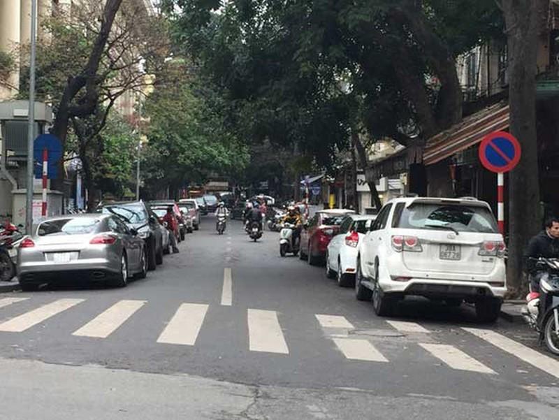 Dừng xe ô tô không sát mép đường phía bên phải theo chiều đi ở nơi đường có lề đường hẹp sẽ bị xử phạt bao nhiêu?