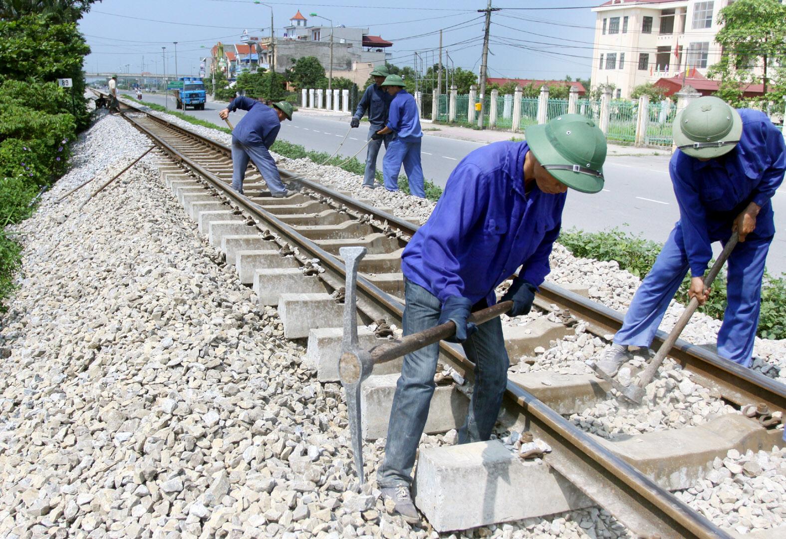 Việc xây dựng công trình thiết yếu trong phạm vi đất dành cho đường sắt được quy định như thế nào?