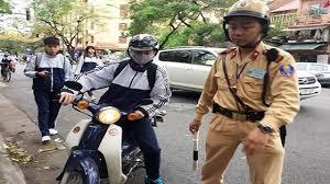 Chưa đủ tuổi điều khiển xe máy dưới 50 cc thì bị phạt như thế nào?