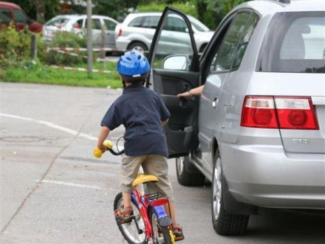 Mở cửa xe ô tô gây tai nạn có bị giam bằng lái không?