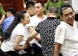 Tại phiên tòa, bị cáo đang bị tạm giam có được tiếp xúc với người thân không?