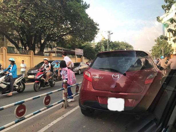 Đỗ xe giữa đường không có tín hiệu gây ra tai nạn có bồi thường không?