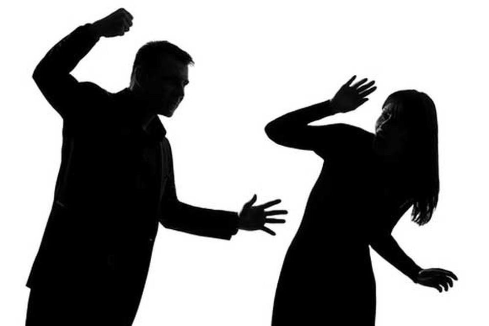 Chồng cầm dao đuổi vợ ra khỏi nhà bị xử lý thế nào?