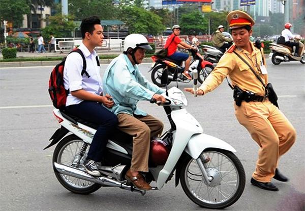 Người ngồi sau xe máy không đội mũ bảo hiểm bị phạt bao nhiêu?