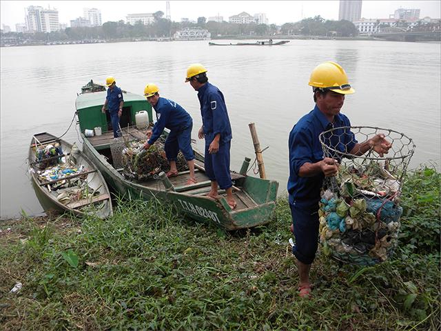 Đặt vật cản dưới sông để tích trữ nước được không?