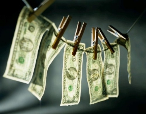 Tội phạm nguồn trong hành vi rửa tiền là gì?
