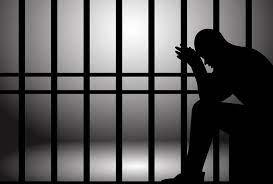 Vi phạm quy định khi sử dụng vũ khí gây chết người thì có thể bị phạt tù mấy năm?