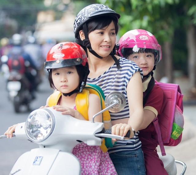 Mẹ chở 2 con đi học có vi phạm giao thông hay không?