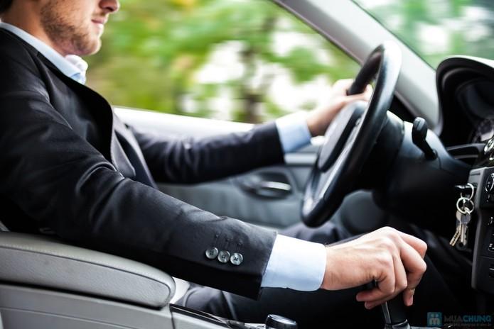 Nhân viên xe khách có cần mặc đồng phục, đeo bảng tên không?