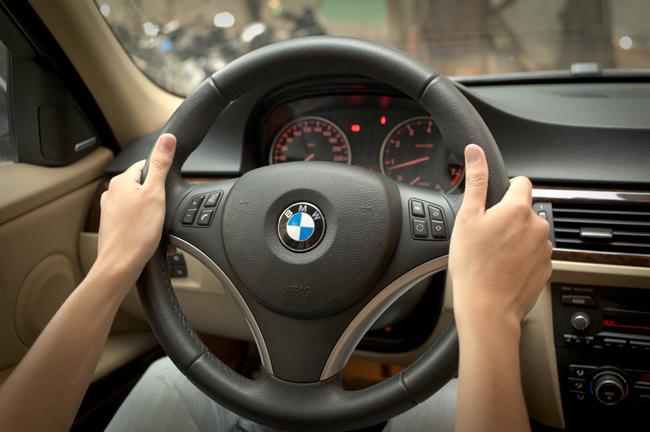 Dùng chân điều khiển xe ô tô thì bị xử lý như thế nào?