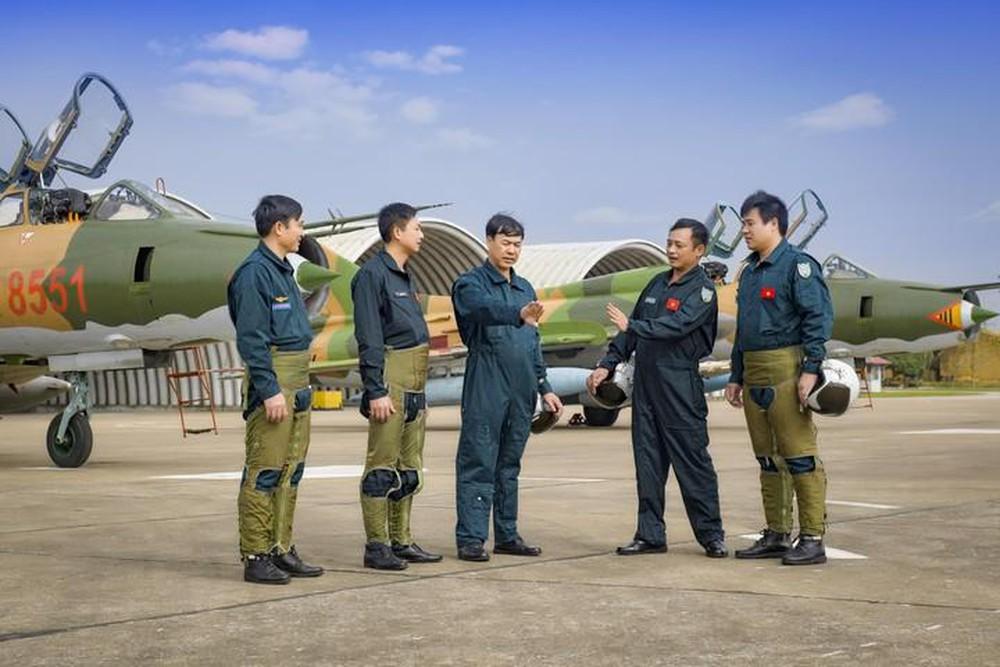 Điều kiện để phi công quân sự được phong cấp hàng năm?