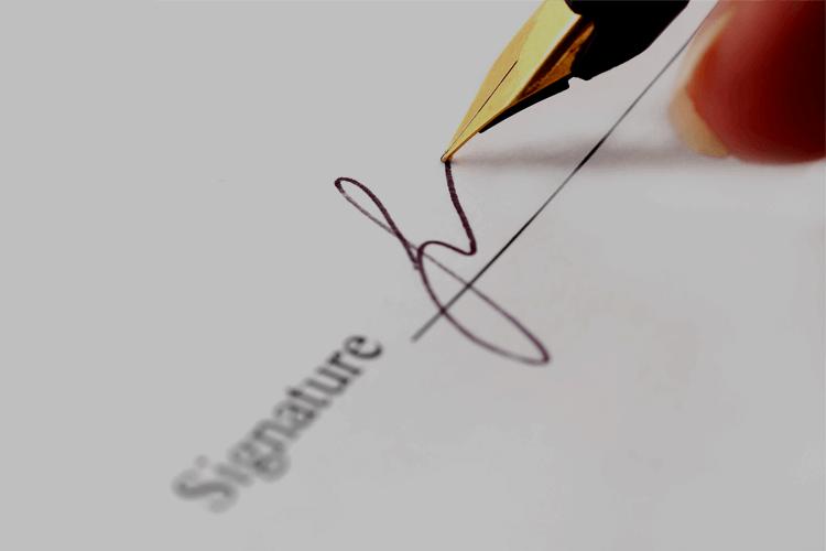 Người ghi biên bản có cần kí tên vào biên bản họp của hội đồng quản trị hay không?