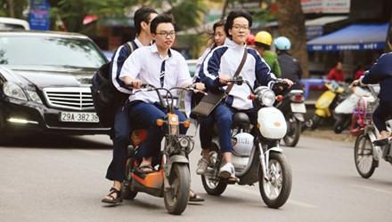 Trẻ 15 tuổi điều khiển xe máy không đội mũ bảo hiểm có bị phạt tiền?