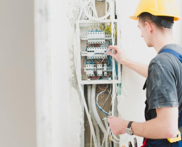 Làm công việc sửa chữa đường dây dẫn điện ở công ty có cần thẻ an toàn điện?