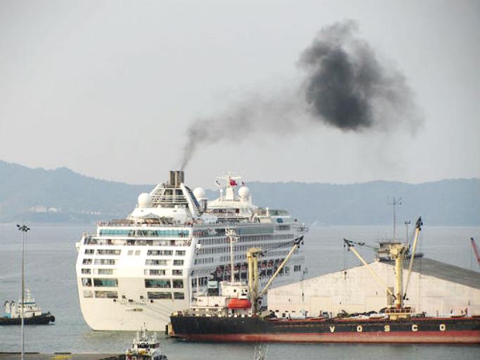 Tổ chức quản lý nào được thu gom và xử lý chất thải từ tàu thuyền trong vùng nước cảng biển?
