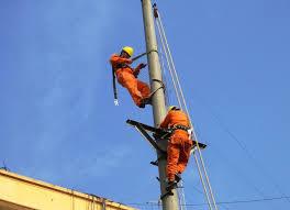 Trèo lên cột điện khi không có nhiệm vụ có bị phạt?