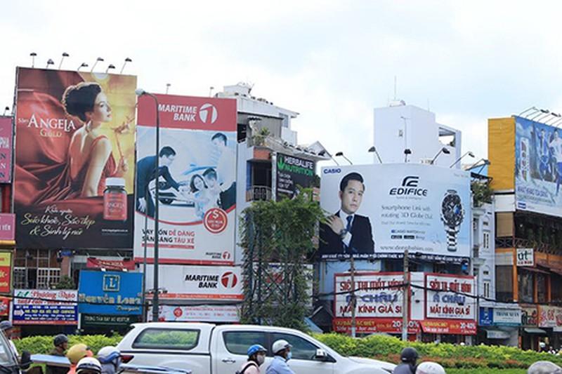 Trang trí, treo biển quảng cáo vào cột đèn chiếu sáng không đúng quy định bị phạt thế nào?