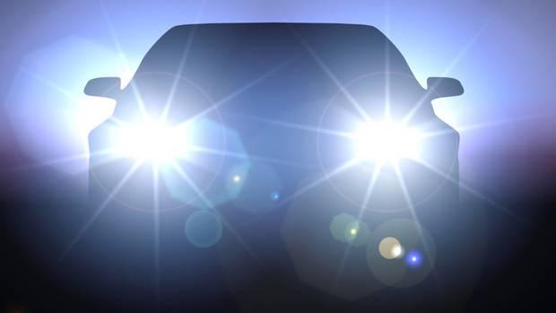 Sử dụng đèn chiếu xa khi tránh xe đi ngược chiều có bị giam bằng?