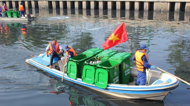Đổ rác xuống kênh, rạch thì bị xử phạt bao nhiêu?
