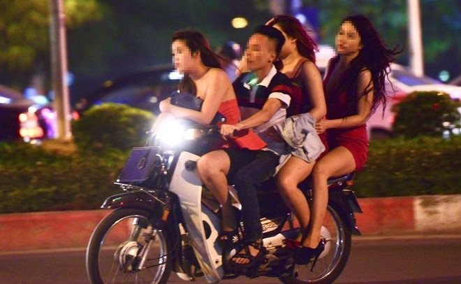 Mức phạt tiền tối đa đối với hành vi chở 04 người trên xe máy?