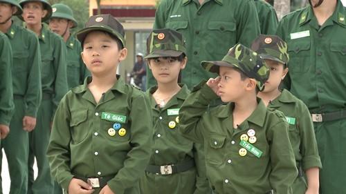 Trình tự và trách nhiệm giải quyết chế độ miễn giảm học phí đối với con đẻ, con nuôi hợp pháp của hạ sĩ quan, binh sĩ tại ngũ