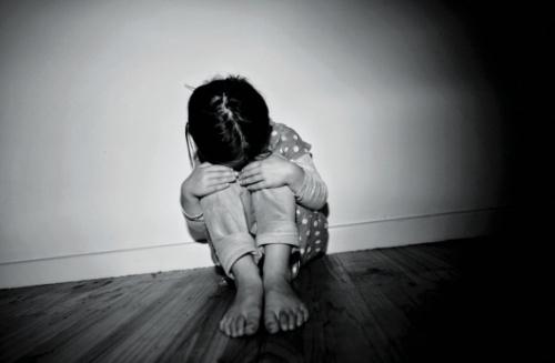 Nếu cha mẹ bé gái không tố cáo thì có đủ căn cứ khởi tố tội dâm ô?