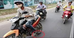 Cảnh sát giao thông phạt 2.500.000 đồng lỗi chạy xe máy quẹt chân chống xuống đường có đúng quy định không?