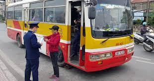 Ô tô dừng xe ở điểm đón, trả khách của xe buýt có bị giam bằng không?