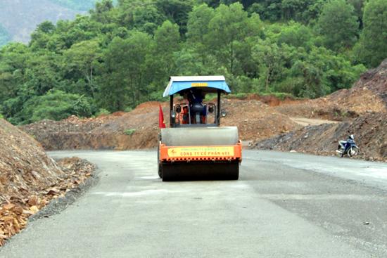 Việc kiểm tra, xử lý vi phạm về bảo vệ kết cấu hạ tầng giao thông đường bộ được tiến hành theo phương pháp nào?