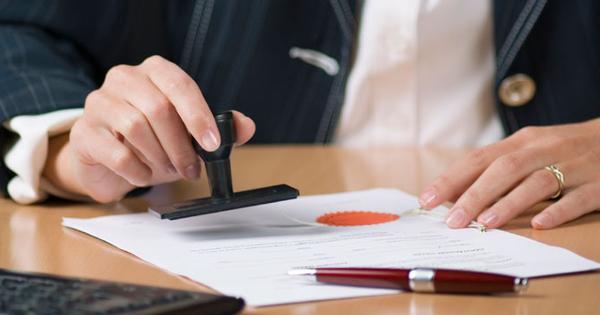 Cán bộ bị kỷ luật có được làm công chứng viên?