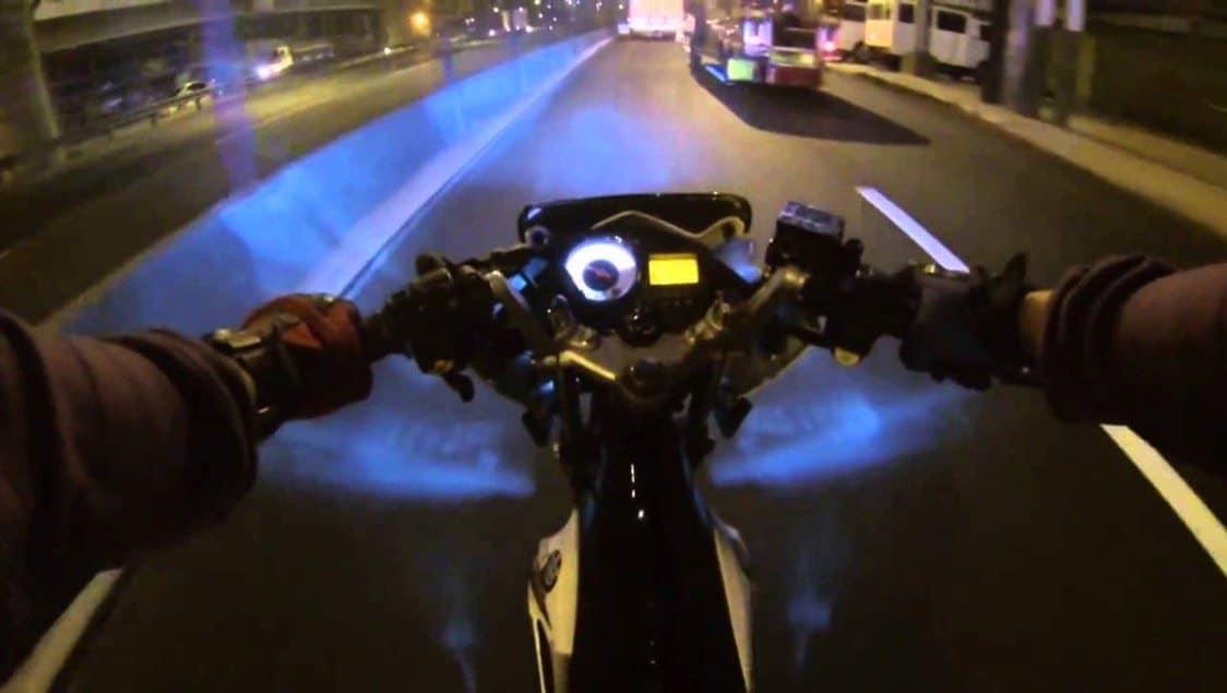 Xe máy không bật đèn xe vào ban đêm có bị phạt không?