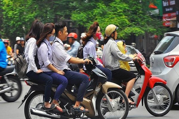 Mức phạt khi điều khiển xe máy thành đoàn gây cản trở giao thông