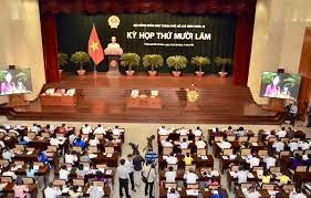 Mỗi Ban thuộc Hội đồng nhân dân TP HCM có bao nhiêu Ủy viên hoạt động chuyên trách?
